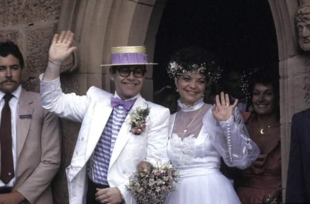 Элтон Джон В 1976 году музыкант назвал себя бисексуалом, боясь сразу раскрыть свою гомосексуальность. В 1984 году музыкант отыграл пышную свадьбу и женился на Ренате Блоэль, их брак распался через четыре года.