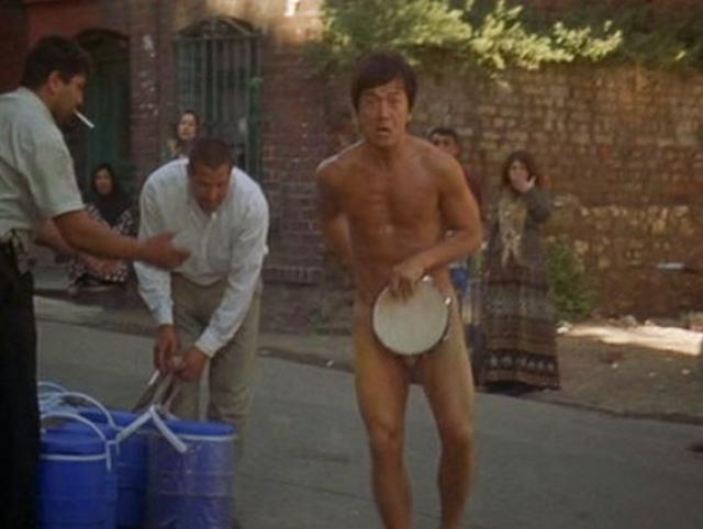Джеки Чан. Знаменитый китаец пришел на большой экран через кино для взрослых: молодой и никому не известный актер столкнулся с тотальным безденежьем.