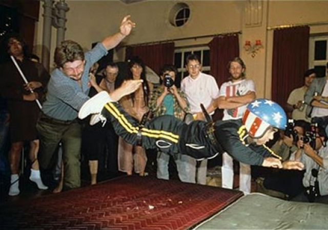 Сейчас соревнованию придан почти общегосударственный характер. Мероприятие происходит в просторном баре, где пол устилается спортивными матами, а на карлика надевается мотоциклетный шлем и особая, смягчающая удар, одежда.