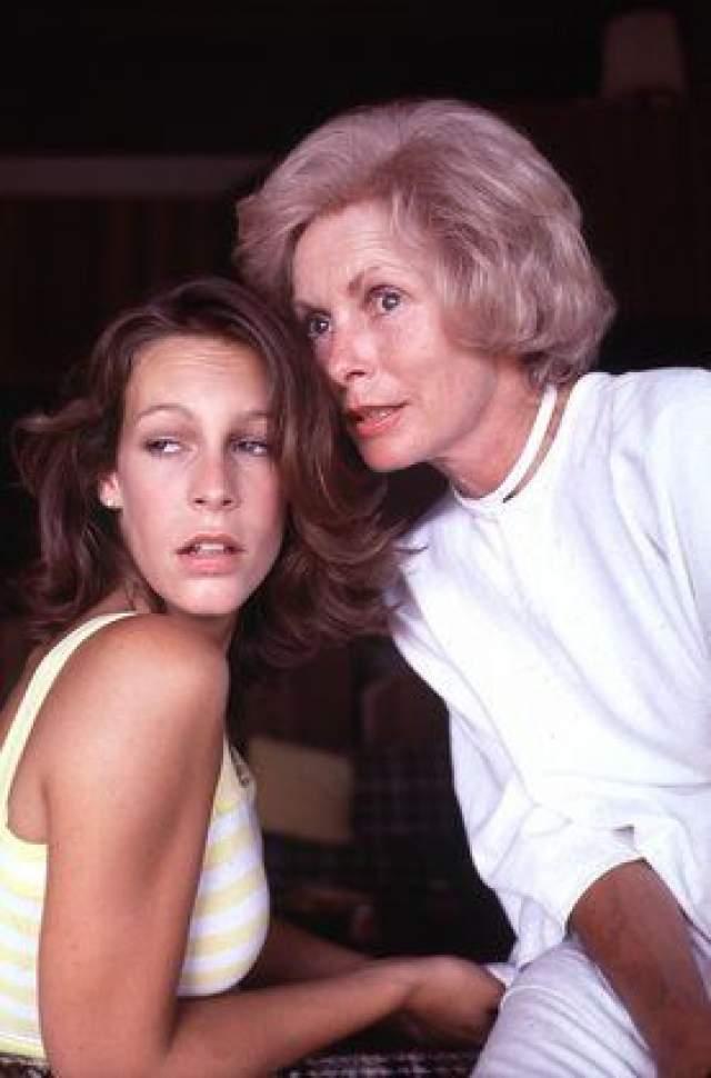 """Джанет Ли. Актриса прославилась благодаря знаменитому фильму """"Психо"""", но Джейми Ли Кертис пошла намного дальше. Вначале она, как и мать, играла, по большей части, в фильмах ужасов, завоевав почетное звание """"королевы крика"""". Но после заставила весь Голливуд говорить о своем незаурядном даровании."""