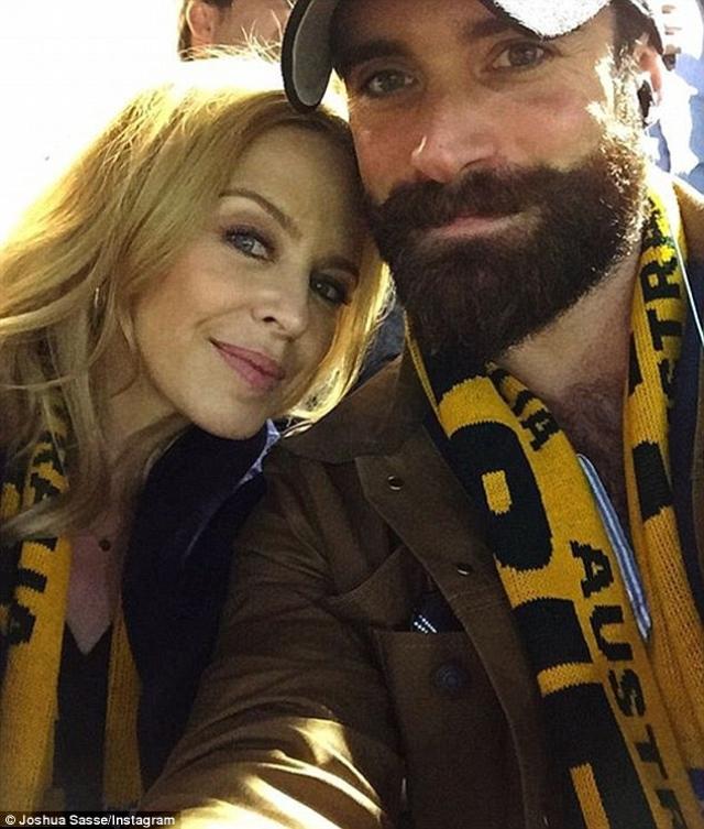 Кайли Миноуг. История певицы, пожалуй, одна из самых печальных. Так вышло, что в жизни Кайли ни разу не удалось побывать замужем, поэтому она была по-настоящему счастлива, когда в декабре 2015 года 28-летний британский актер Джошуа Сасс встал перед ней на одно колено.
