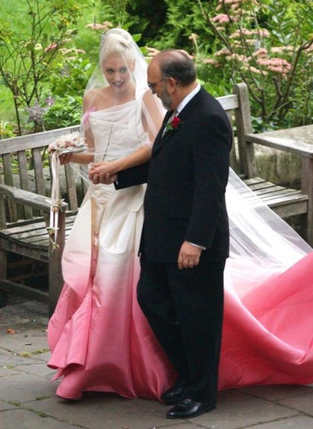 """Гвен Стефани. Платье певицы было бы просто блестящим, если бы не одно """"но"""": цвет подола производил впечатление, что невеста добиралась на свадьбу через свекольный сок."""