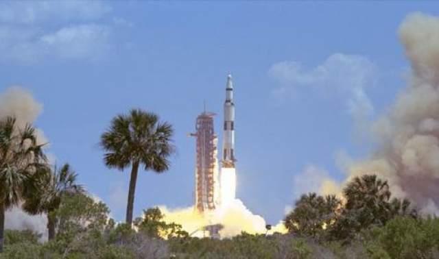 """Лунный модуль будет запущен во Флориде и, вернувшись к Земле, приводнится в океане За 104 года до полета """"Аполлона-11"""" к Луне именно так все было описано в романе Жюля Верна """"С Земли на Луну"""" (1865 год). По такому же сценарию все прошло и в реальности - команда американских астронавтов во главе с Нилом Армстронгом приводнилась в специальном модуле и вскоре была подобрана авианосцем """"Хорнетт""""."""