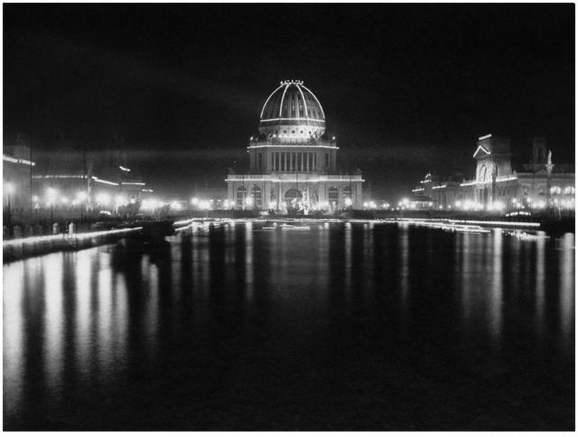 """В 1893 году Вестингхаус и Тесла выиграли государственный конкурс на монтаж освещения для Всемирной выставки в Чикаго. Во время торжественного открытия работа Теслы произвела фурор, по выражению журналистов, ему удалось превратить """"ночь в день""""."""