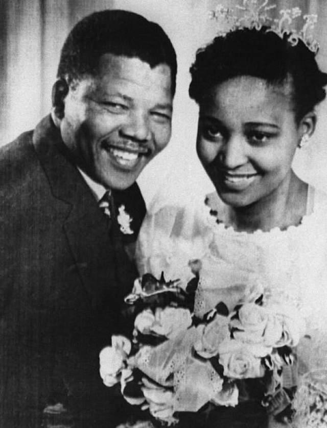 Нельсон Мандела. У легенды Африки было три официальных жены. Впервые он связал себя узами брака аж в 1944 году, и его брак с Эвелин Масе окончился спустя 14 лет, виной чему стало новое увлечение.