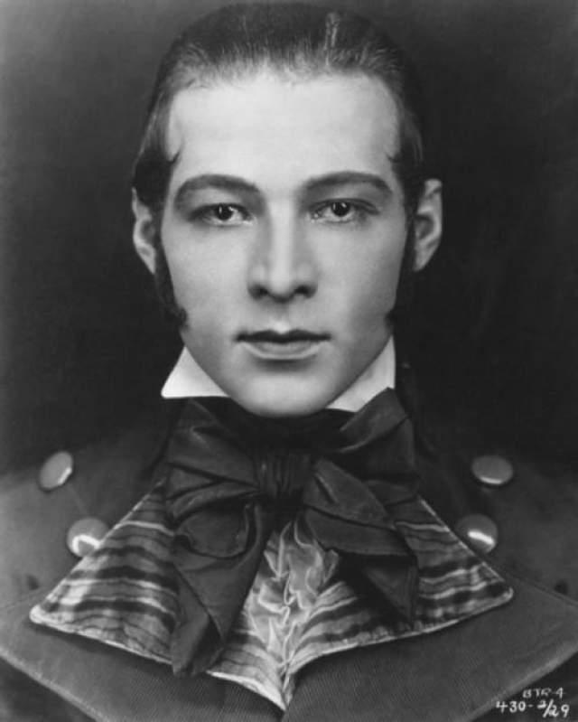 Рудольф Валентино Пожалуй, актер- самый первый секс-символ Голливуда. В первые годы в кино Валентино приходилось довольствоваться лишь эпизодическими ролями бандитов и мошенников.