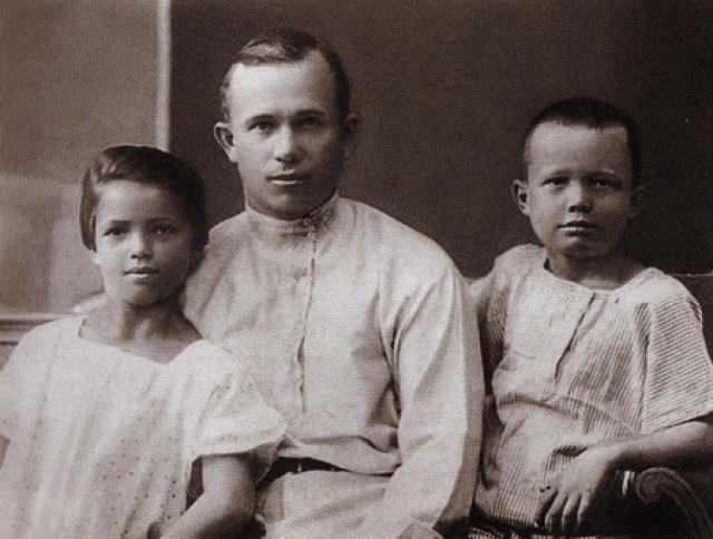 Генсек был женат дважды. Первая супруга Ефросинья Васильевна умерла от тифа, оставив ему сына и дочь.