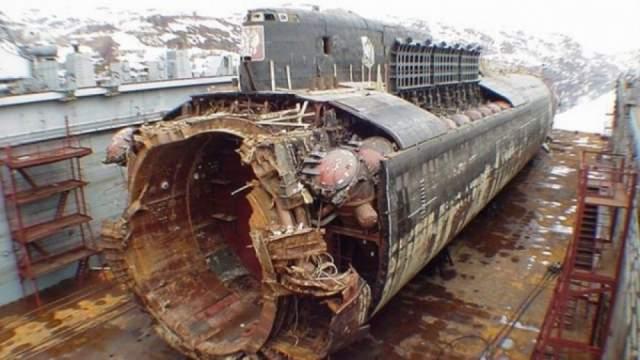 """Все этапы операции по подьему """"Курска"""" проводились в течение года. В ней были задействованы около 120 компаний из 20 государств. Стоимость работ оцениваясь в 65-130 млн долларов США. В результате операции подъема лодки """"Курск"""" были найдены и захоронены 115 тел погибших моряков. Три тела найти так и не удалось."""