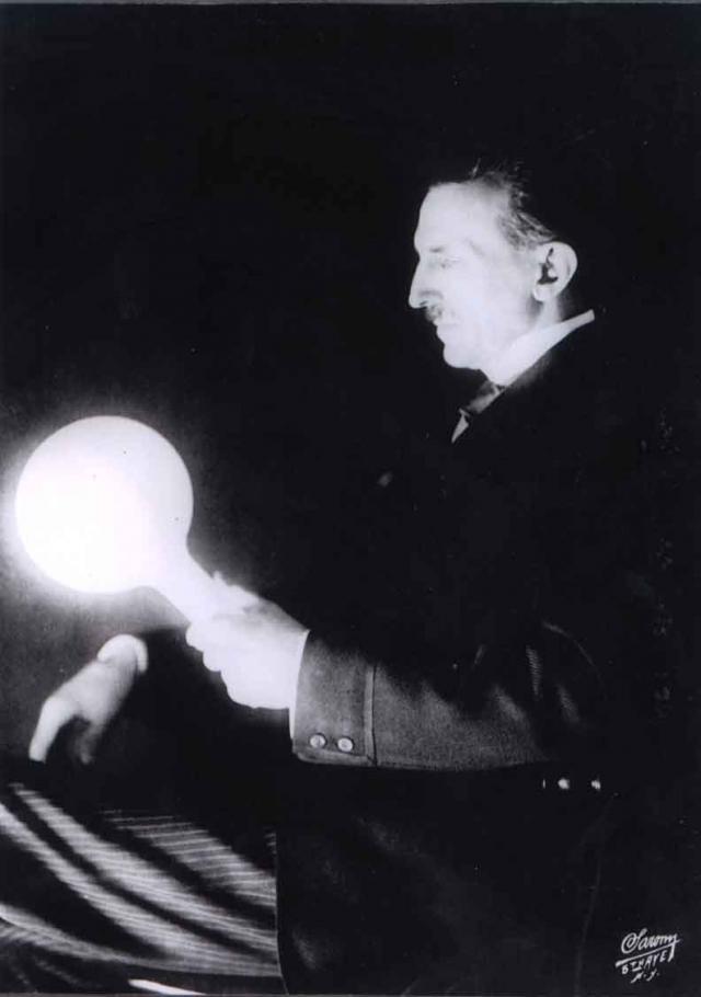 Ему приписывали способности ясновидца, утверждая, что Тесла спас жизнь друзьям, уговорив их не садиться на поезд, который в этот же день сошел с рельс.