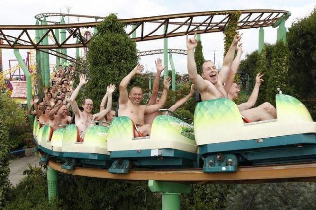 102 посетителя парка в юго-восточной Англии прокатились абсолютно обнажёнными на аттракционе 8 августа 2010 года, побив тем самым мировой рекорд.