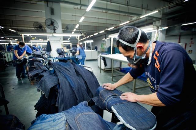 Для того, чтобы обработать джинсовую ткань требуется пемза. Ее завозят в основном из Турции, Греции и Мексики. Примечательно, что производители, на закупку данного материала, тратят примерно 2 миллиона долларов в год.