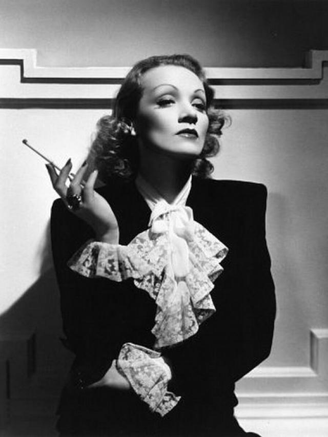 Марлен Дитрих. Легендарная немецкая кинозвезда страдала бактериофобией: для дезинфекции сиденья унитаза она пользовалась флакончиком с медицинским спиртом, который постоянно носила с собой.