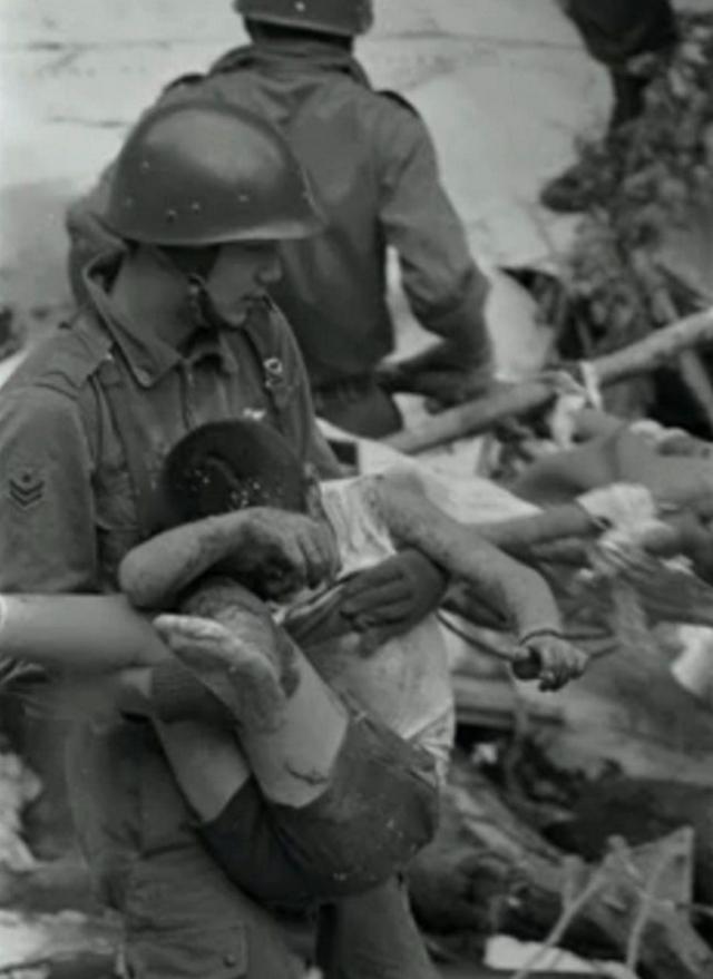 Только через 14 часов после крушения на место катастрофы все же прибыла команда спасения японских сил самообороны. Она обнаружила четырех выживших пассажиров, пострадавших от переохлаждения.