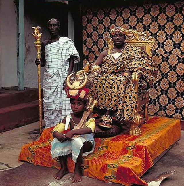 """Оседийо адо Данква III. Монарх - выпускник Лондонского университета и экономический советник администрации Ганы, Король Акропонга последние шестнадцать лет обитает в """"святых местах"""" акуарем-асона, одного из семи основных кланов племени акан."""