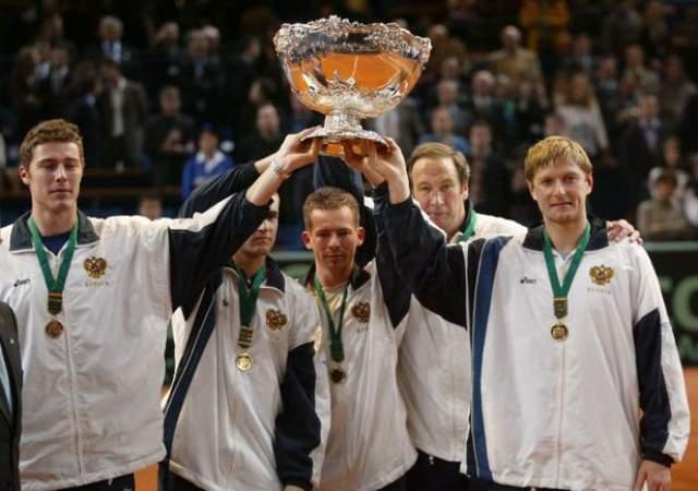 В ранней юности Сафин попал в теннисную академию в Цинциннати (США) вместе с Анной Курниковой. Курникова в итоге осталась там, хорошо проявив себя, а Марат уехал домой в Москву. Взлет карьеры произошел в 1997 году, когда он победил на турнире в Эспино. А победа над Питом Сампрасом на US Open дала Сафину звание первой ракетки мира.
