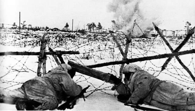 """Несмотря на шквальный огонь, командир приказал продолжать наступление. Он обратился по радио к своим экипажам со словами: """"Стоять насмерть!"""" - и первым пошел вперед. К сожалению, в этом бою храбрый танкист погиб. И все же поселок Волосово был освобожден от врага."""