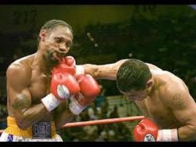 В бою, состоявшемся 17 сентября 2005 года в Лас-Вегасе, Джонсон выходит на ринг с таким же, как он сам, опытным бойцом -мексиканцем Хесусом Чавесом. Латиноамериканец владел явным преимуществом на протяжении всего боя, а Левандер от раунда к раунда лишь пропускал удары, по большей части, в область головы. В начале 11-й трехминутен рефери Тони Винкс решил прекратить одностронее избиение чернокожего чемпиона, что вызвало определенные возражения как у самого Левандера, так и у его отца и тренера Билла Джонсона.