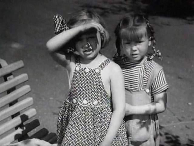 """Маленькие похитительницы младенцев в комедии """"Близнецы"""" 1945 года..."""