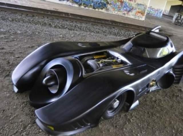"""""""Бэтмобиль"""" Для каждого из фильмов, восхищенным приключениям супергероя, создавался уникальный автомобиль на базе одной из серийных моделей. К примеру, у Тима Бертона """"Бэтмобиль"""" создан на основе Chevrolet Caprice и Bluick Rivera. У него есть режим щита на случай атаки и реактивный двигатель вместо обычного."""