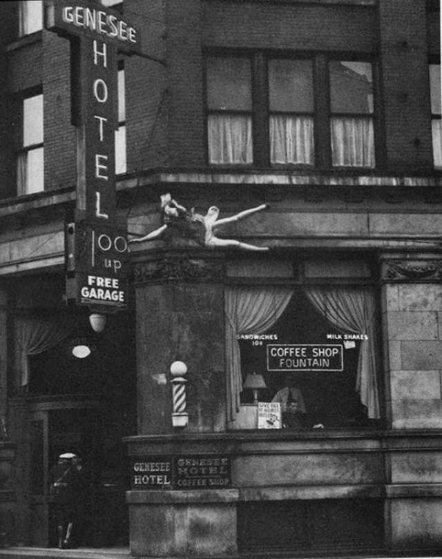 1942 год. Девушка выбросилась из окна отеля как раз в тот миг, когда рядом проходил фотограф. Есть предположения, что она получила сообщение о смерти любимого человека во время Второй мировой войны.