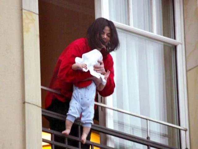 Свесивший дочь за перила балкона Майкл Джексон. Майк показал свою малышку из окна, перекинув ее через перила и накинув полотенце на голову. Общественности это показалось странным и даже жестоким.