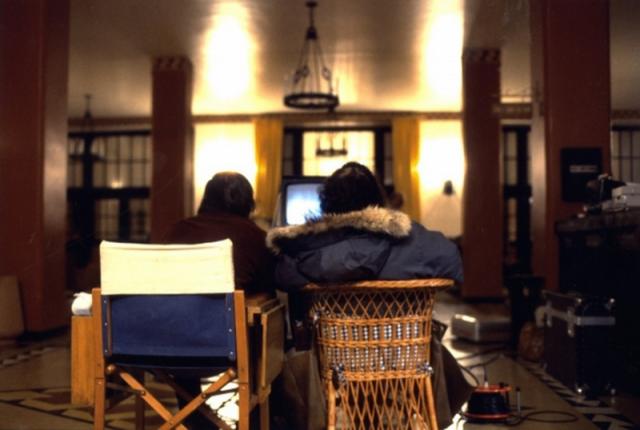 6. По словам актрисы Анжелики Хьюстон, которая в тот период жила с Николсоном, работа над фильмом настолько его изматывала, что возвращаясь со съёмок, он падал в кровать и немедленно засыпал. На фото: Джек Николсон и Стенли Кубрик просматривают отснятую сцену.