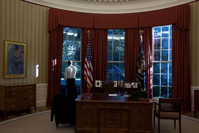 Так незатейливо выглядел Овальный кабинет бывшего президента США Барака Обамы , да и в общем любого другого правителя штатов, в Белом доме в Вашингтоне.
