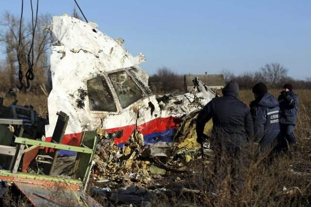 Изображенный на фото самолет вылетел из аэропорта Схипхол в Амстердаме и был сбит несколько часов спустя на российско-украинской границе недалеко от поселения Снежное Донецкой области. Погибли 298 человек.