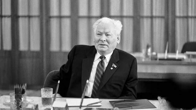 Константин Черненко После смерти Андропова необходимость дать стране молодого динамичного руководителя была очевидна всем. Но старые члены политбюро выдвинули в генеральные секретари 72-летнего Константина Черненко, формально являвшегося человеком №2.