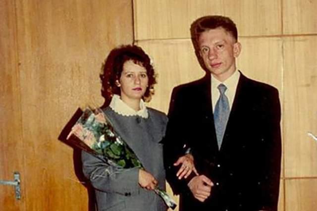 Во Владимире бывшая звезда познакомился с девушкой Леной, они поженились и стали жить в областном центре. В 1996 году, на отмечании 23 февраля, в квартире Фомкиных произошел пожар. Спаслись все, кроме актера - он в это время спал в пылающем помещении. Ему было 26 лет.