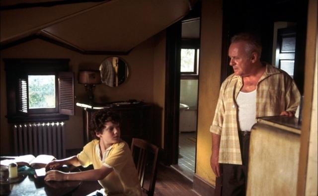 """Карьера юноши развивалась по-настоящему стремительно. В 12 лет он сыграл главную роль в экранизации повести Стивена Кинга """"Низкие люди в желтых плащах"""" в паре с легендарным Энтони Хопкинсом."""