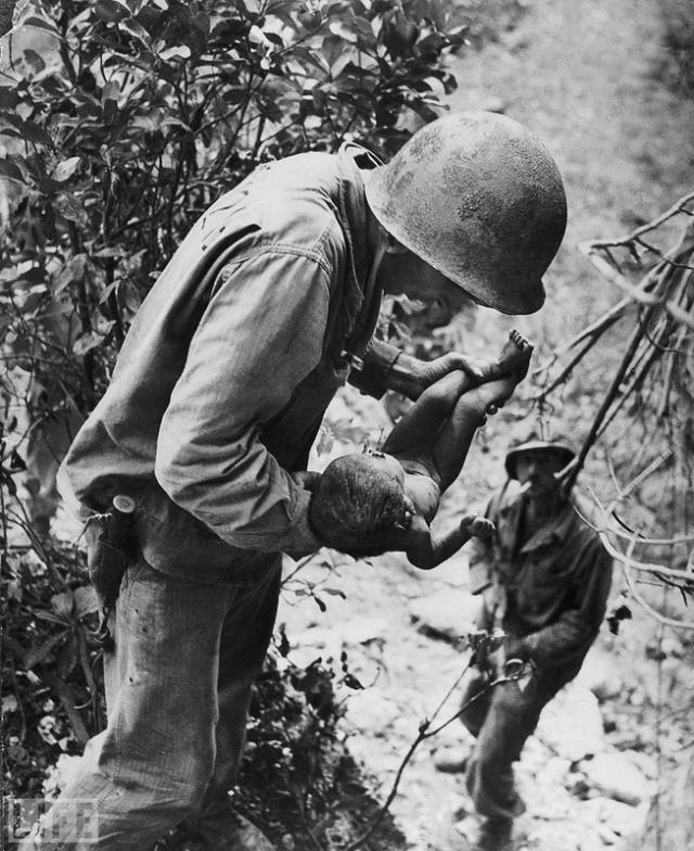 Оставшийся в живых (Littlest Survivor, W. Eugene Smith, 1943). Во время Второй мировой сотни японцев оказались в осаде на острове Сайпан и совершили массовое самоубийство, чтобы не сдаваться американцам. В одной из пещер был найден едва живой ребенок.