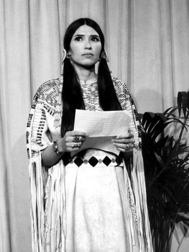 """Правительство пыталось силой заставить осажденных сложить оружие, чем вызвало бурю протеста по всей стране. И одним из первых в защиту индейцев выступил Марлон Брандо. Он отказался явиться на церемонию вручения """"Оскара"""" и вместо себя прислал дочь индейского вождя племени апачи и актрису Сашин Литлфезе. Она зачитала заявление Брандо, в котором тот осуждал свое правительство за многолетнюю дискриминацию коренного населения Америки."""