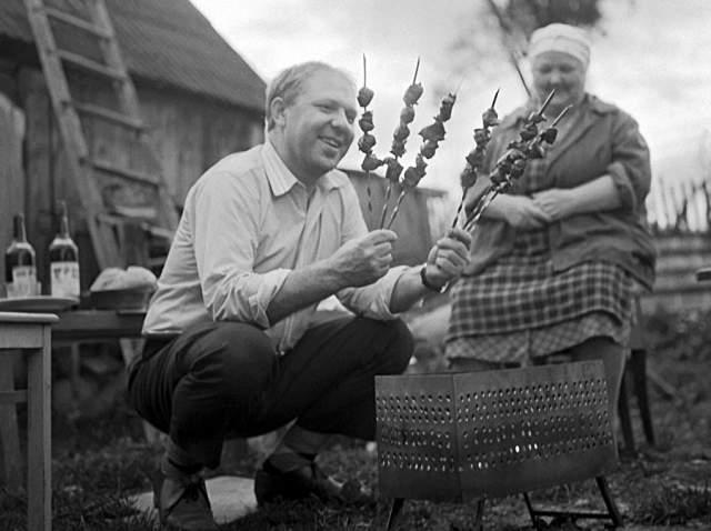 Клоун Олег Попов в гостях у родителей на даче.