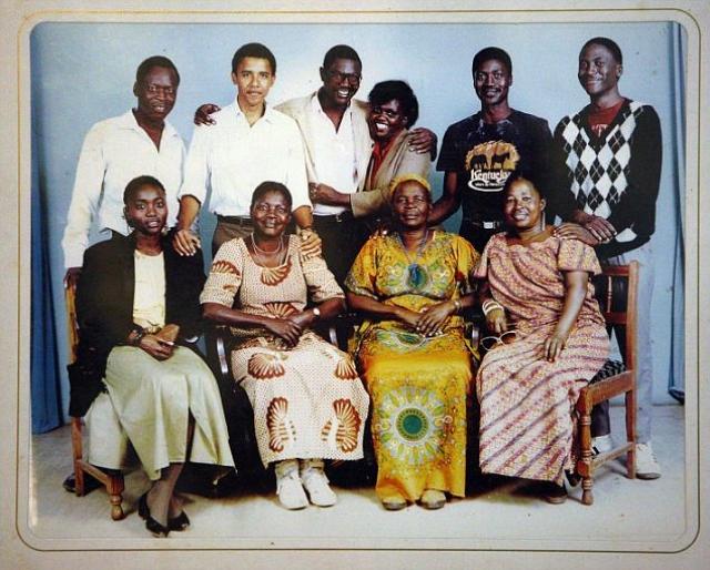 У Обамы огромное количество родственников, так как его предки по мужской линии имели по несколько жен и множество детей от каждой.