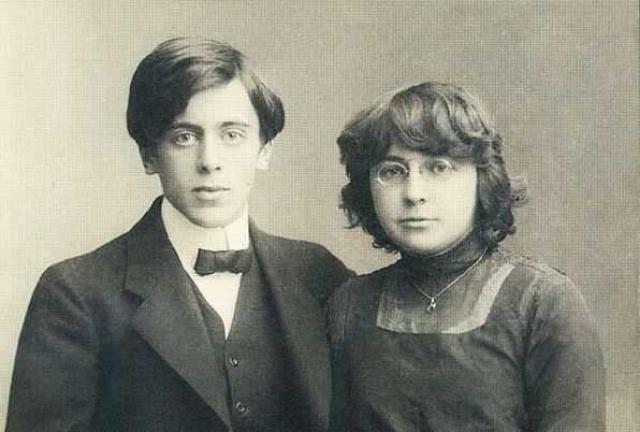 Любовь Цветаевой и Парнок возникла буквально с первого взгляда и была страстной с обеих сторон. Марина уже была замужем и имела двухлетнюю дочь, отношения с Парнок были для нее необычными.