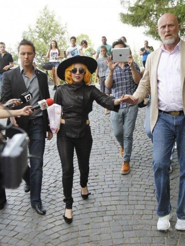 Не зря Гага часто подбирает себе наряды, которые визуально увеличивают рост, и носит туфли на головокружительном каблуке - ее рост составляет всего 155 см.