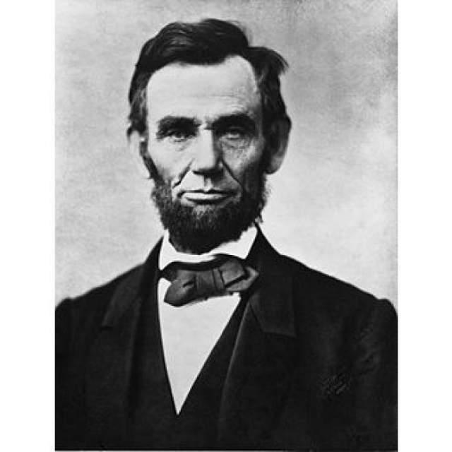 Авраам Линкольн Один из самых почитаемых американцами президентов, Авраам Линкольн, страдал от генетического заболевания - эндокринной неоплазии - она вызывает опухоли, которые могут привести к раку. Диагноз Линкольну можно поставить даже по портретам: долговязая нескладная фигура президента - один из признаков его недуга.