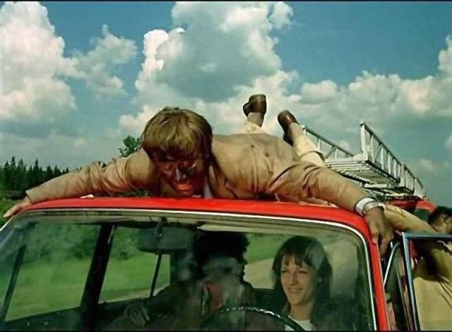 """Актер вылезал из кабины пожарной машины, двигавшейся на скорости 60 км в час, по аварийной лестнице перебирался на крышу ехавших под лестницей """"Жигулей"""" и влезал в салон автомобиля!"""