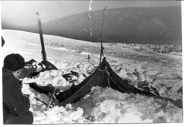 26 февраля на склоне злополучной горы Холатчахль поисковая экспедиция нашла палатку, присыпанную снегом. Весьма необычным и тревожным было то, что стенка палатки, обращенная вниз по склону была разрезана.
