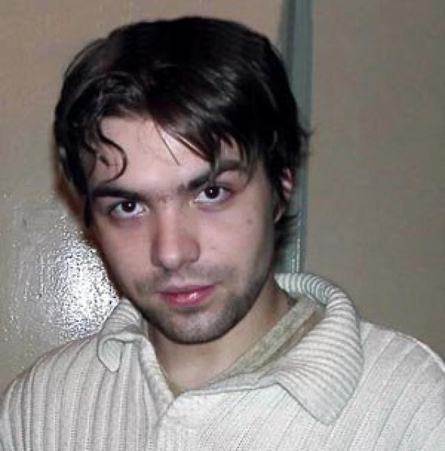 До этого молодой человек неоднократно пытался покончить жизнь самоубийством, но на этот раз от непотушеного окурка в квартире вспыхнул пожар, Степан пытался спастись, перебравшись на соседский балкон, но сорвался с 18-го этажа.