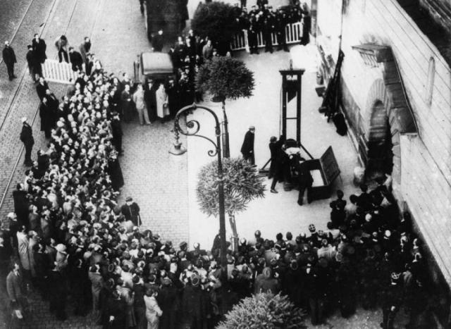После того, как преступника обезглавили, по воспоминаниям очевидцев, многие прорывались через оцепление, чтобы смочить носовые платки в крови казненного.