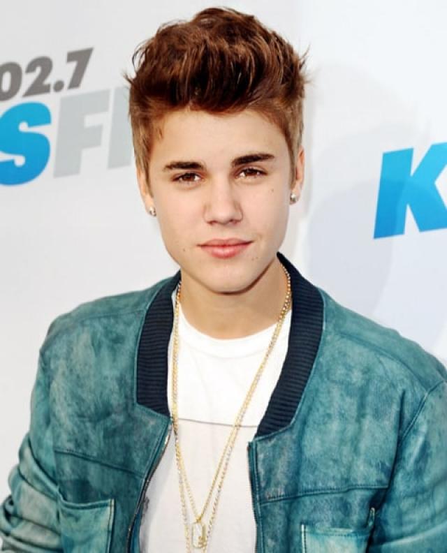 Через год был заключен контракт, и вскоре молодой певец стал популярным.