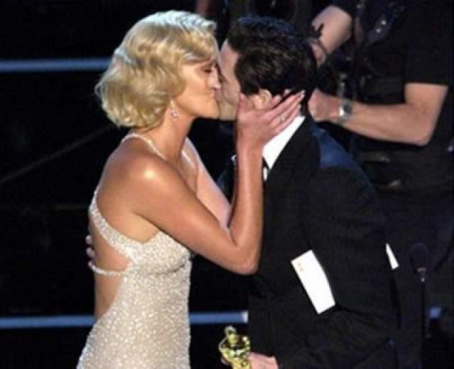 """В 2004 Эдриан Броуди вручает приз Шарлиз Терон за """"Монстра"""" - и опять не может удержаться от страстного поцелуя."""