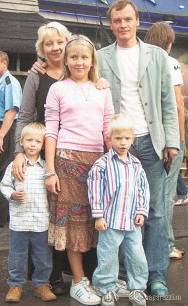 Вместе с семьей, а с женой Марией он воспитывает дочь Дарью и сыновей Степана и Данилу, Серебряков в 2012 году эмигрировал в Канаду.