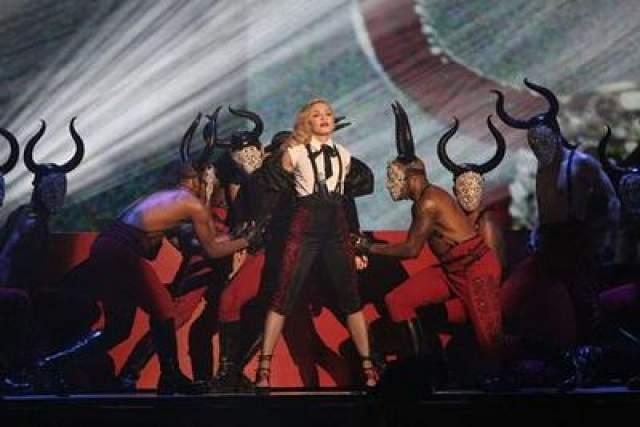 На церемонии вручения наград Brit Awards, состоявшейся в этом году, Мадонна упала во время своего выступления. Несмотря на это, она как ни в чем не бывало продолжила и завершила номер.