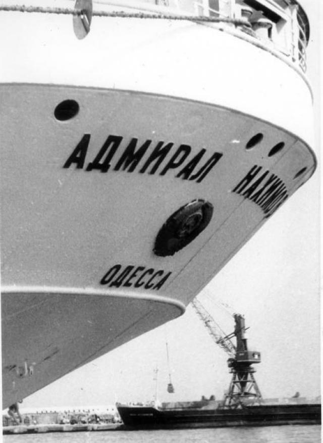 """Капитан Марков отдал команду """"Лево на борт!"""", с целью выбросить судно на мелководье, однако рулевой у штурвала доложил, что судно руля не слушается."""