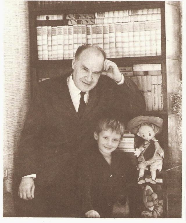 """Первый рассказ Носова был опубликован в 1938 году. Наиболее известны и любимы читателями сказочные произведения Николая Носова о Незнайке. Первое из них - сказка """"Винтик, Шпунтик и пылесос"""". Потом была написана знаменитая трилогия, """"Приключения Незнайки и его друзей"""" (1953-1954), """"Незнайка в Солнечном городе"""" (1958) и """"Незнайка на Луне"""" (1964-1965)."""