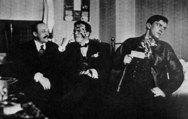 """Первое, как он сам выразился, """"полустихотворение"""" Маяковский напечатал в нелегальном журнале """"Порыв"""", который издавался гимназией, в которой он еще обучался. По его мнению, """"получилось невероятно революционно и в такой же степени безобразно""""."""