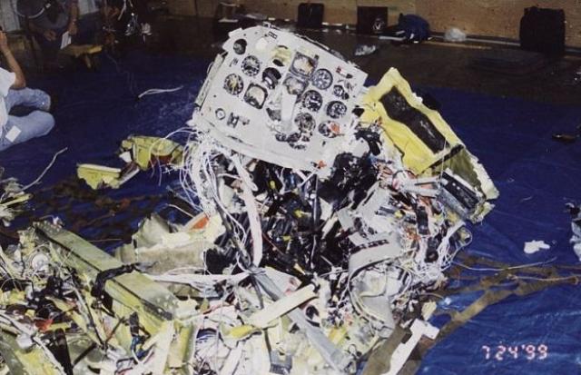 Примерно в 21:41 на высокой скорости борт N9253N врезался в воду и полностью разрушился. Все три человека погибли.